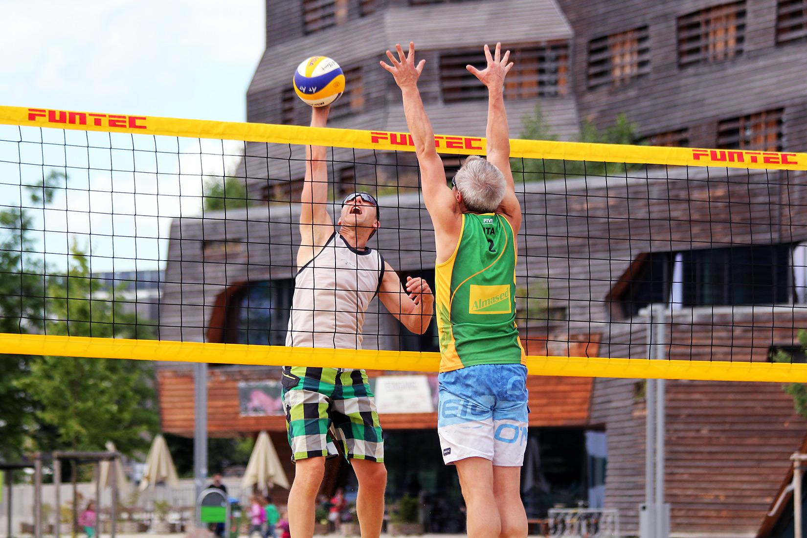 Heißes Beachvolleyball-Match bei hansebeach